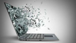 Portátil con cristales de la pantalla saliendo explosión