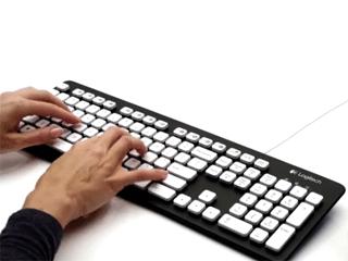 Manos presionando teclas en teclado
