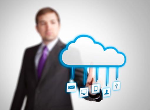 Hombre presionando una nube con iconos
