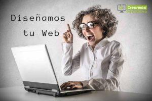 Chica con portátil y letrero de diseño de páginas web