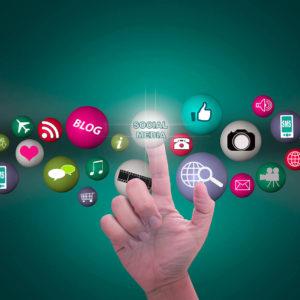 Foto de una mano interactuando con logos de redes sociales