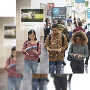 Tres jóvenes en la calle accediendo a redes sociales a través de sus móviles y tablets