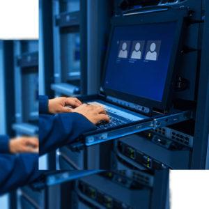 Mano de técnico informático trabajando en servidor de datos