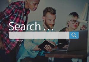 Tres Community Manager organizando una campaña en Google. Sobre la foto un dibujo de búsqueda