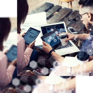 Dos informáticos haciendo un análisis SEO en varios dispositivos a la vez