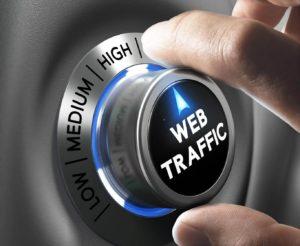 Una mano manipulando un botón de tráfico web en representación del posicionamiento web