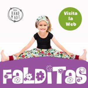 Foto publicitaria de niña sentada con ropa de Falditas